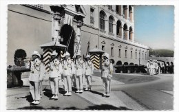MONACO - N° 58 - LE DEFILE DE LA RELEVE - CARTE FORMAT CPA VOYAGEE - Fürstenpalast