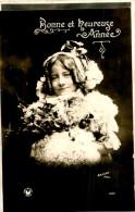 Belle Carte  -  Portrait D 'une Jeune   Enfant    Bonne  Et Heureuse Année   ,signée Arjalew             E1499 - Scènes & Paysages