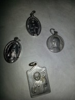 4 Médailles Sur La Vierge Et Jésus, La Plus Grande Fait 25 Mm De Haut - Religion & Esotericism