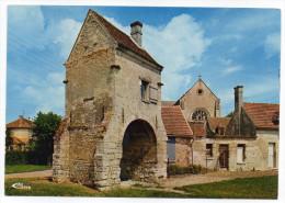 St JEAN AUX BOIS--La Vieille Porte ,au Fond L'abbatiale ,cpm N° 0241 éd Combier - Otros Municipios
