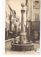 CPA (06 ) ANTIBES- Rue Hôtel De Ville-Vieille Fontaine.Animée. (025) - Antibes