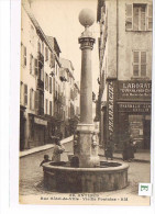 CPA (06 ) ANTIBES- Rue Hôtel De Ville-Vieille Fontaine.Animée. (025) - Antibes - Vieille Ville