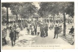 Cp, 03, Vichy, La Grande Allée Du Parc Vers Le Palais Des Sources - Vichy