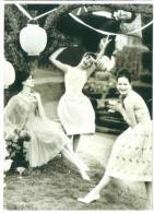 CARTOLINA VOGUE – SUMMER PLEASURES, JUNE 1960 PHOTO HENRY CLARKE DIMENSIONI CM 10,5x15 CONDIZIONI OTTIME - Fotografia