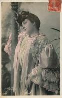 FEMMES - FRAU - LADY - SPECTACLE - ARTISTES 1900 - Jolie Carte Fantaisie Portrait Artiste VALLA - Frauen