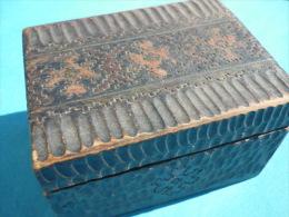 VIEILLE BOITE En BOIS Motif Sculpté (voir 4 Photos Et Descriptif ) - Boîtes/Coffrets