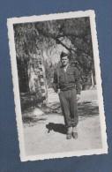 MILITARIA  - PHOTOGRAPHIE ORIGINALE D´UN MILITAIRE ARME D'UN PISTOLET MITRAILLEUR PM - ANNEES 1950 ? - Guerre, Militaire
