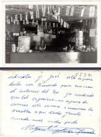 Photo Comptoir De Bar, Firgidaire, Tourniquet Avec Cartes Postales - Photos
