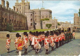 4059.   The Irish Guards And Regimental Band At Windsor Castle - Uniformes