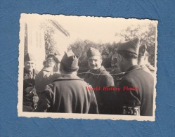 Photo Ancienne - Groupe De Militaires Français D'un Régiment à Identifier - Prisonniers ? Voir Brassard En Bas à Droite - War, Military