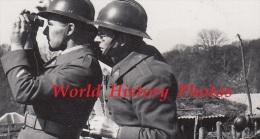 Photo Ancienne - Dans Un Secteur Français - 2 Militaires Regardent Aux Jumelles - 407e Régiment Voir Uniforme Casque WW2 - Guerra, Militares