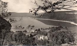 Cpsm DOUCIER, Jura, Lac De Chalain Et Son Château (45.36) - Altri Comuni