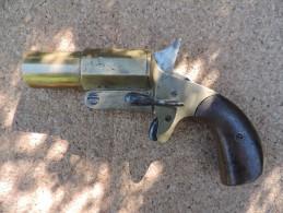 Pistolet lance fus�e bronze � identifier . cal 4