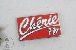 Cherie FM - Paris Radio - Pin Badge #PLS - Medios De Comunicación