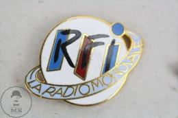 Radio France Internationale RFI La Radio Mondiale - Advertising Pin Badge #PLS - Medios De Comunicación