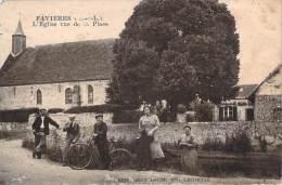 28 - Favières - L'Eglise Vue De La Place - Frankrijk