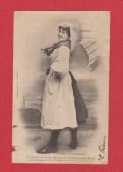Carte Postale  --  Les Sables D Olonne  --  En Promenade  -- Abimée - Costumes