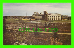 CHURCHILL FALLS, LABRADOR - EXTERIOR VIEW TOWN CENTRE, SCHOOL ON LEFT, HOTEL ON RIGHT - PHOTO, RENÉ DU CLOUX - - Newfoundland And Labrador