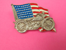 Pin´s Motor Harley-Davidson Cycles - Moto Avec Drapeau Américain - Grand Modèle - 2 Attaches - 4,5 Cm X 3,5 Cm - Motos