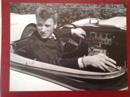 Johnny HALLIDAY  Avec Jean Basselin (à 18 Ans?) En Alpine Renault ? Maxi Carte Format 28x21 Cm  Rock´n Roule - Chanteurs & Musiciens