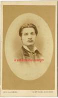 CDV Vers 1880- Portrait D'un Beau Jeune Homme élégant-photo Eugène Saulnier à Paris, Maison Fondée En 1852 - Antiche (ante 1900)