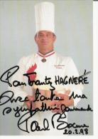 """PAUL BOCUSE """"CUISINIER DU SIECLE  PAR GAULT MILLAU"""" AUTOGRAPHE 1998 - Autographs"""