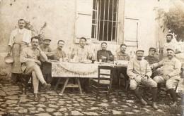 Carte Photo Militaires - Repas - Inscription Au Dos : 7é Regiment D'infanterie A CAHORS - Militaria