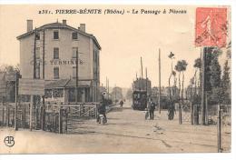 CPA. ...PIERRE BENITE ...LE PASSAGE A NIVEAU ..ANIME . BE. SCAN. - Pierre Benite