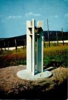 NECROPOLE NATIONALE DU STRUTHOF : La Lanterne Des Morts. Au Second Plan, Le Camp De Déportation - Francia