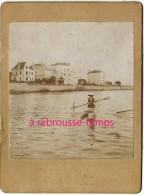 INSOLITE-mode Sport Vers 1890-une Femme Qui Rame Sur Une Embarcation Bizarre-bateau-rivière-lieu à Déterminer - Photos