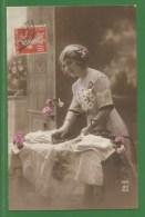 Jeune Femme Repassant - Fer A Repasser - Repassage - Linge Dentelle - Table - Femmes