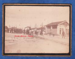 Photo Ancienne Avant 1900 - Lieu à Identifier - Tramway / Omnibus Tiré Par Chevaux Sur Voie Ferrée / Rails - Attelage - Automobili
