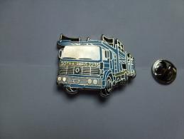 Superbe  Pin´s En Zamac , Transport Camion Renault , Transports Sotra Paris , Porte Auto , Trucks - Transportation