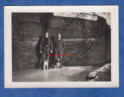 Photo Ancienne - Lieu à Identifier - Groupe De Militaire Avec Chien Devant Péniche BRIARE P9720F - Dog Hund - War, Military