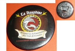 Rare Décapsuleur En Métal Aimanté, Publicitaire, Pub LA DAUPHINE Brasserie Artisanale Du Val D'Ainan - Apri-bottiglie/levacapsule