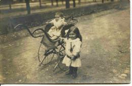 11569  -  2 Enfants Et Vieux Landau  Vers 1900  - Carte Photo Cachet BELLEGARDE - Poussette - - Scenes & Landscapes