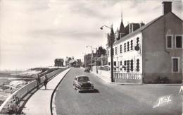 85 CROIX DE VIE LE REMBLAI ET L HOTEL DE LA PLAGE / VOITURE ANCIENNE - Saint Gilles Croix De Vie