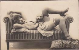 Femme Tenue érotique Nuisette, Bas  Allongée Sur Canapé Avec Chien... - Nus Adultes (< 1960)