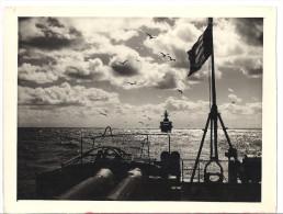 BATEAUX DE GUERRE   EN PLEINE MER   AU CREPUSCULE  PRISE DE L'ARRIERE D'UN NAVIRE   BELLE PHOTO!  24 X 18cm - Boats