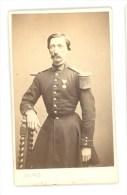 Photographe; Sée - Beau Portrait Cdv - Militaire Avec Médaille Vers 1865 - Sur Cartonnage Stern, Moins De 5mm - Guerre, Militaire