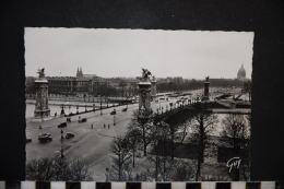 75,  PARIS ET SES MERVEILLES, LE PONT ALEXANDRE III ET L'ESPLANADE DES INVALIDES - Ponts