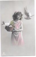 Petite Fille Dans Une Robe Antique, Panier, Colombes - Scènes & Paysages
