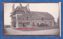 Photo Ancienne - à Identifier - Haras ? - On Sort Les Chevaux Des écuries - Cheval Horse - Calvados Normandie Deauville - Anciennes (Av. 1900)