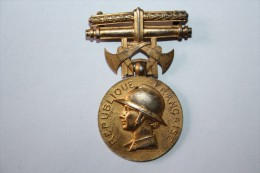 Medaille Republique Francaise (hommage Au Devouement) - Militaria