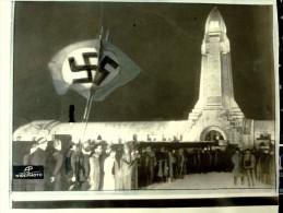 Photo Original PROPAGANDA  WWII 18 JUIN 1940 LA SWASTIKA FLOTTE SUR LE MEMORIAL DE VERDUN Ossuaire De Douaumont - Guerra, Militari