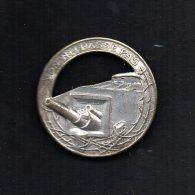 Insigne De Beret . Maginot, 36 Mm, Ajouré, Argenté, Canon à Gauche, épingle 1 Pastille. Delande Paris.(on Ne Passe Pas) - Armée De Terre