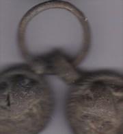 Objet En Laiton :Fibule ? 2 Piéces Mobiles Sur Un Anneau -motif Coeur ,encadré De Silhouettes ? - Other Collections