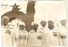 """Photo Ancienne """"Anciens Combattants Tunisiens De L'Armée Française à Fès"""" 1975 - Guerre, Militaire"""