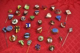 PIN'S & INSIGNES D'ANCIENS CLUBS - LOT DE 30 PIN'S & 5 INSIGNE - Football