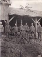 Photo 1914-1915 BERRU (près Bourgogne) - Soldats Allemands Dans Une Ferme, Un Attelage Sur Le Toit... (A103, Ww1, Wk 1) - Non Classés